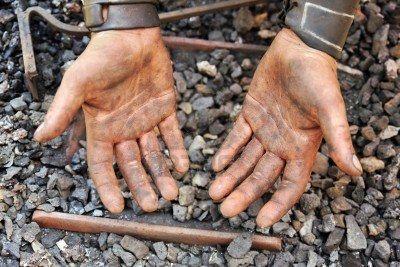 la terre de Sommières nettoie les mains sales de mécanicien : Prenez de la terre de Sommières, à laquelle vous ajoutez un peu d'eau. Travaillez ce mélange pour obtenir une pâte, avec laquelle vous pouvez vous frotter les mains.