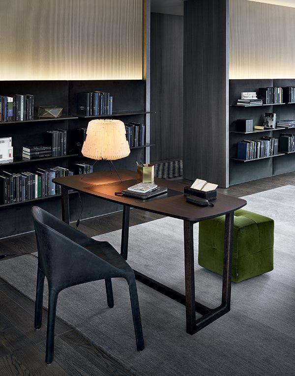 Concorde writing desk in Spessart oak with hide pad. Manta chair covered in 96 black Vintage leather. Onda pouf covered in 1401 oliva Persia velvet. Dream wall panelling in 1404 carbone Persia velvet, shelves in visone glossy lacquered.