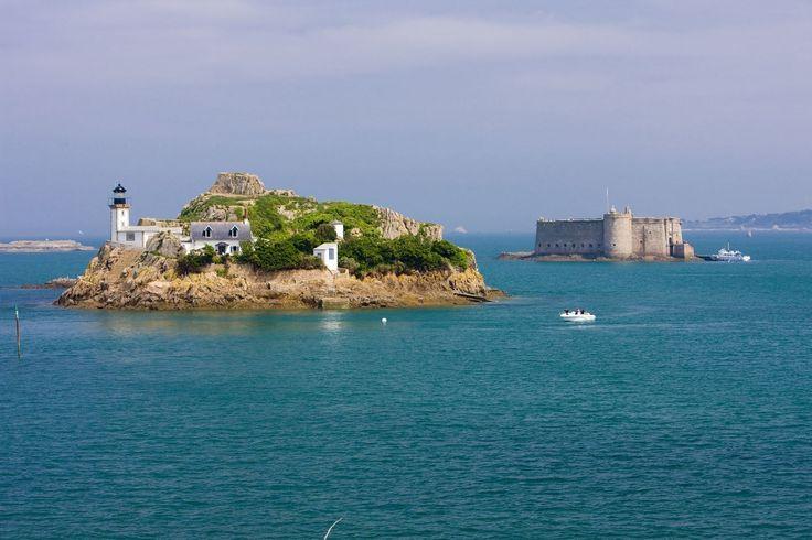 La baie de Morlaix : Joyau de la baie de Morlaix, l''île Louët et son château du Taureau se trouvent en face de la pointe de Pen-Al-Lann sur la presqu'île de Carantec. <3