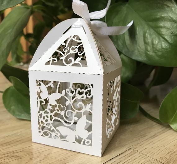 100pcs White Laser Cut Hochzeitsgeschenkbox, Schokoladenverpackungsbox, Hochzeitsbevorzugungsboxen, Süßigkeitenverpackungsbox mit Band, Schmetterling Kleine Geschenkbox