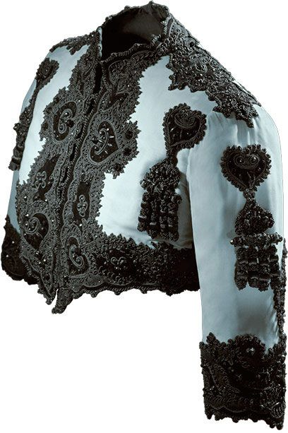 Chaqueta corta en terciopelo de seda azul y decoración con cordoncillo y mostacillas de pasta vítrea  1947  Perteneció a la marquesa de Llanzol, doña María Sonsoles de Icaza y de León.