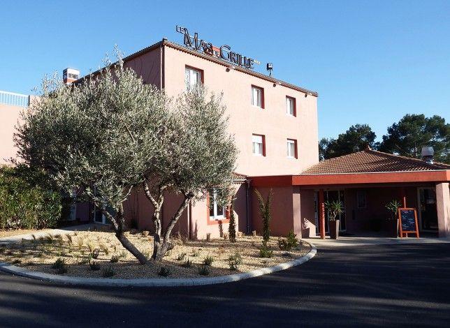 A Saint-Jean-de-Védas, en Languedoc-Roussillon, élégance et confort se sont donné rendez-vous au Mas de Grille, un beau 3 étoiles récemment rénové. Il dispose de 52 belles chambres lumineuses, d'un jardin avec une grande piscine, d'une salle de remise en forme, de salles de séminaire, d'un restaurant… Tout pour garantir d'agréables séjours de loisirs ou d'affaires dans l'Hérault, à quelques kilomètres du centre-ville de Montpellier.