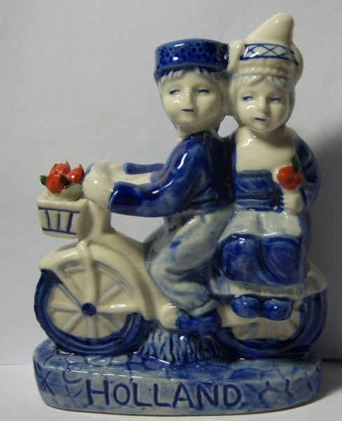 The famous Kissing Couple, together on a bike, with tulips. These nice stone Dutch figurines look really nice as decoration for in a bookcase or on a chimney!