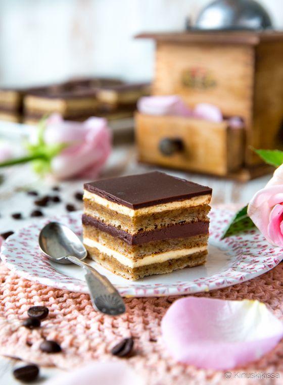 Oopperakakku (Gâteau Opéra) on ranskalaisten lahja herkkusuille. Se kutkuttelee samoja makuhermoja kuin oma juhlava klassikkomme, Ellen Svinhufvudin kakku. Mantelit ja kahvin makuinen kreemi ovat tässäkin kakussa tärkeässä roolissa. Olen muokannut alkuperäistä ohjetta hieman helpottaakseni valmistamista. Vaiheita riittää siitäkin huolimatta, mutta lopputulos on kokemisen arvoinen.