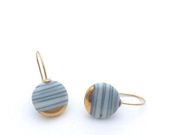 Porselein oorbellen gouden keramische sieraden door OeiCeramics