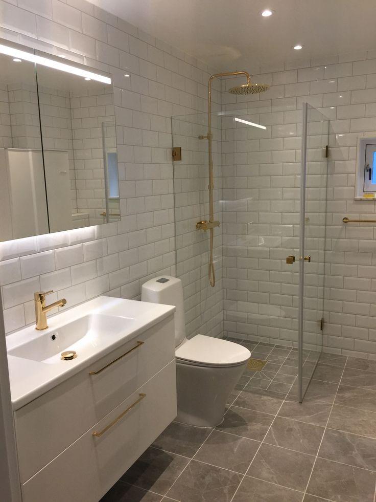 Nytt badrum. Vitt, grått, guld