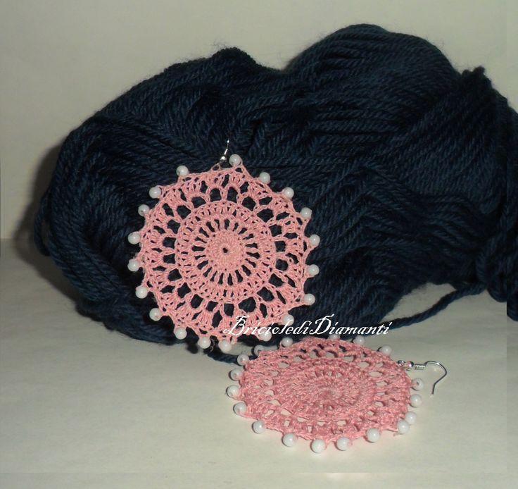 Orecchini tondi rosa con perline bianche all'uncinetto : Orecchini di briciole-di-diamanti