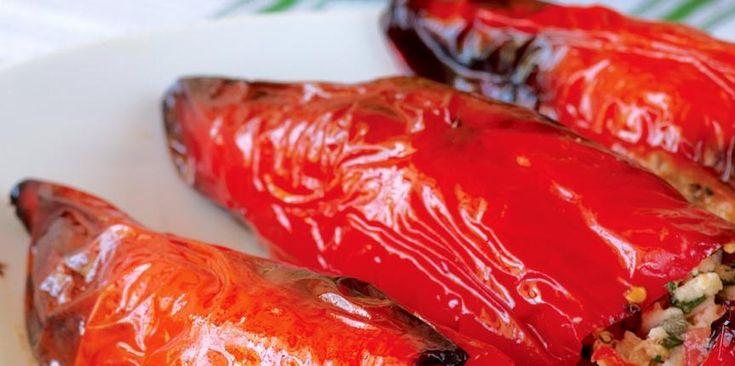 Οι πιπεριές Φλωρίνης και ειδικά όταν τις κάνεις γεμιστές είναι ένα φαγητό που αγαπούν μικροί και μεγάλοι. Τι θα χρειαστούμε; 4 μεγάλες κόκκινες πιπεριές φλωρίνης 300γρ. ψίχουλα φρέσκου ψωμιού 1 κ.σ...