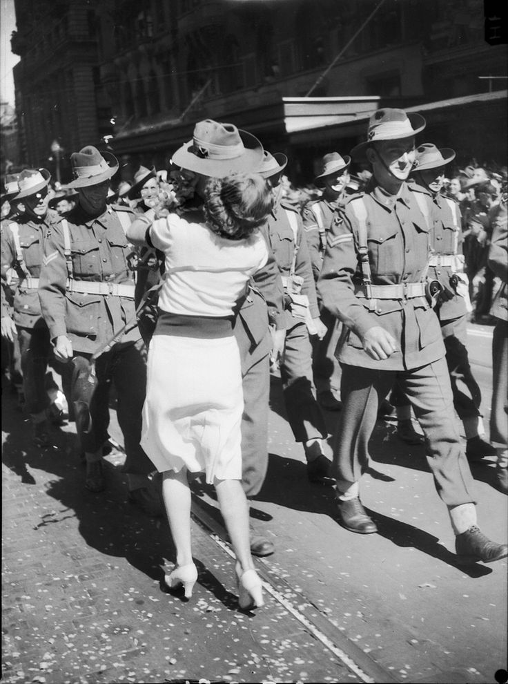 spontaneous war kisses: A Kiss, Kiss Interrupts, Wwii, Vintage Photos, War Ii, Australian Division, 9Th Australian, 1943