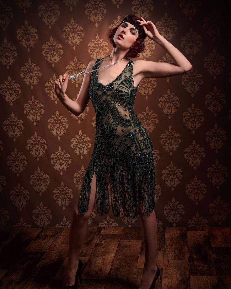 De foto's uit de jaren '20 reeks met Sara Scarlet hebben best veel succes dus ik deel er deze avond nog ééntje.  Deze vind ik best wel speciaal omwille van de dynamische pose.  Model: Sara Scarlet MUA: Lieve Humbeeck Dress: Kostuum Karamel Fotografie: Dennis Claes www.dennisclaes.be #model #photoshoot #vintage #retro #20s #charleston #sarascarlet #dress #makeup
