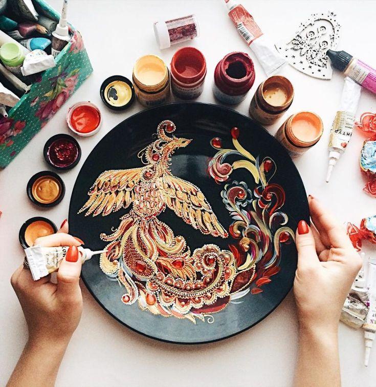 Dahhhanart maakt prachtig versierde borden met pointillisme sculpturen van verf, parels en versieringen in de traditie van oud Russische kunst.