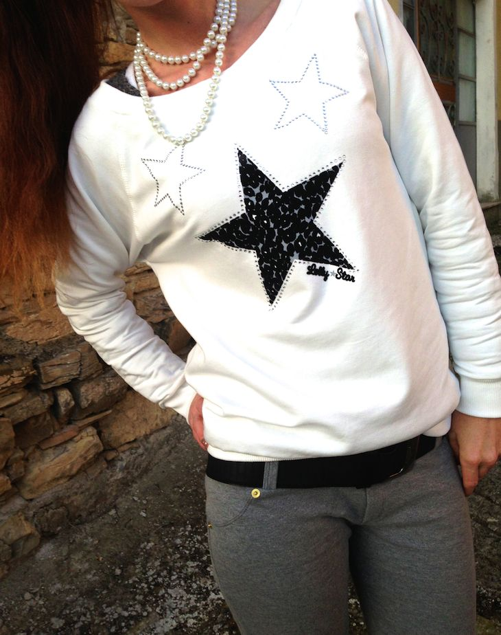 #outfit in #felpa by @Lolly ★ Star #star #strass #white #easy #grey #sporty #fashion #fashionblogger #totebag #beanie #girl #look #sweatshirt #pants #collection #winter  #outfit in felpa by Lolly Star, pantaloni in felpa, idee outfit easy bianco e grigio, amanda marzolini the fashionamy blog, fashion blogger,...