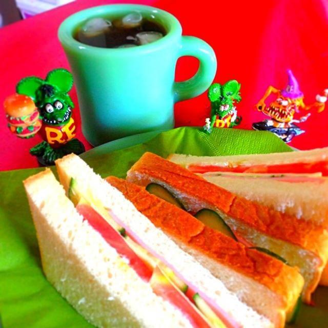 いつものサンドイッチ  今朝はここら辺では珍しく ミンミン蝉が鳴いていた。  夏が終わっちゃうなぁ〜。 - 74件のもぐもぐ - 野菜サンド✨✨✨                    ハムとチーズ入り by sohfuku