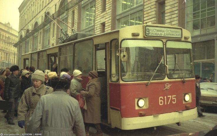 """30 ноября 1989 года открылся магазин французской парфюмерной фирмы """"Кристиан Диор"""". Прошлый пост про Москву 1994 года вызвал большой интерес, а значит, сегодня…"""