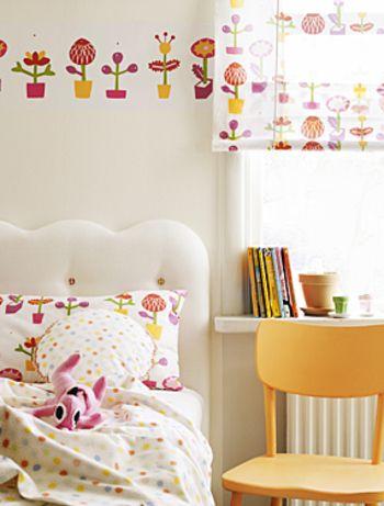 女の子のお部屋ならこんなキュートなお花のファブリックがおすすめ。こちらもシェードと壁紙とピローケースをお揃いにしてコーディネート。