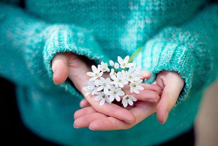La crema de manos Secretos del Agua repara y fortalece la barrera cutánea, es un complemento ideal para nuestra belleza. Úsala a diario