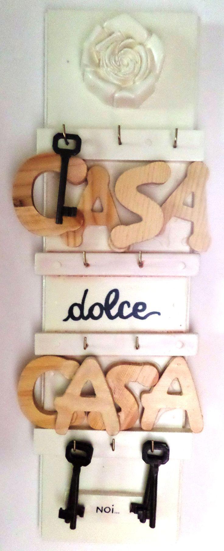 Restailing: porta-chiavi ridipinto con smalto avorio, scritta in legno e rosa in gesso