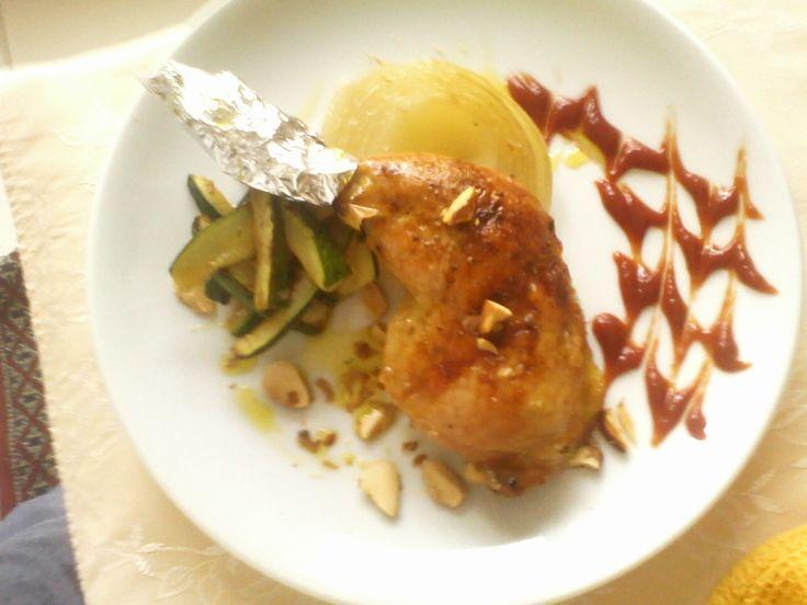 muslo de pollo asado con almendras y manzanas.