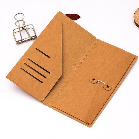 Folder taille Régular Size pour votre Midori Fauxdori, avec 1 pochette latérale qui se ferme grâce à un cordon + 1 rabat secrétaire à droite avec 4 rainures horizontale. Cette chemise vous servira à emporter et stocker vos papiers, stickers, sticky notes, reçus.... dans votre