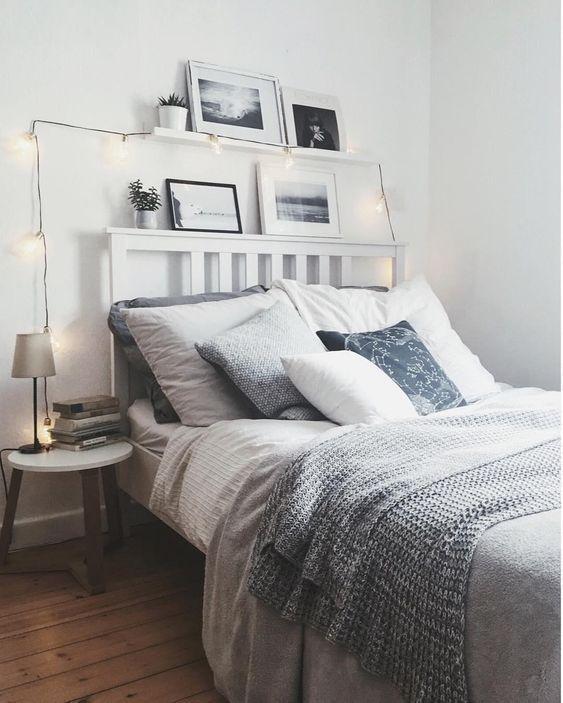 Gemütliches Schlafzimmer mit Lichterkette dekorie…