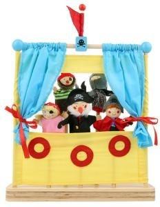 Deze stoere mini poppenkast wordt inclusief 5 stoere vingerpopjes geleverd. Uitpakken en spelen maar, ideaal voor uw kleine piraat om thuis verhalen te bedenken en na te spelen.     Afmeting: 29.5cm × 9.5cm × 34cm, geschikt voor kinderen vanaf 2+.