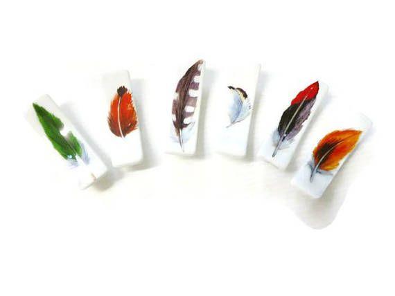 6 porte-Couteaux en porcelaine Ensemble de 6 porte-Couteaux en porcelaine (5 cm x 1,5cm) 6 jolies plumes différentes chic et raffiné. Possibilité de vous faire le nombre dont vous avez besoin fait main