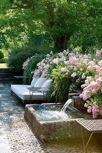Hinterhof Garten Ideen. Üppige Blumen. Ruhiger Wasserfall, ideal für eine kleine Meditation