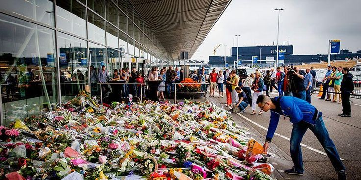 Powerful Pictures @Powerful_Pics Dutch people at Schiphol airport, remembering those who have lost their lives on Malaysia Airlines flight MH17. pic.twitter.com/QBdrYKN8cp