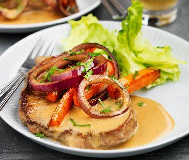 Karré med persiljestekta morötter är ett utomordentligt smakfullt recept där saftiga skivor benfri karré serveras med krispiga grönsaker, kokt potatis, lök och sallad. Så samla sällskapet till bords och avnjut en förträfflig måltid tillsammans. Hoppas det smakar!