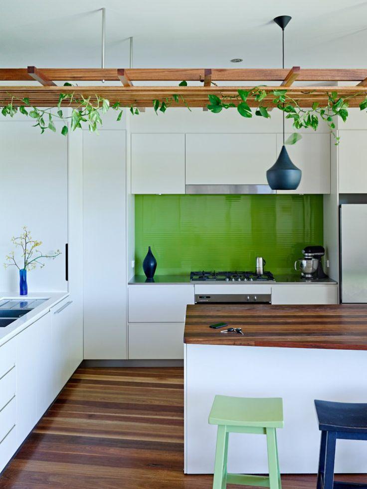 Pantone - 2017 - Cor do Ano - Color Of The Year - Greenery Kitchen - Green Kitchen - Cozinha Verde - Cozinha Greenery - Decoração de Cozinhas - Cozinhas Decoradas -  Cozinha Verde Kale - Cozinha Verde Oliva - Cozinha Tons de Verde - Shades of Green - #BlogDecostore - Banquetas de Cozinha - Banquetas para Cozinha - Pendentes - Pergolados - Pergolado na Cozinha - Plantas Trepadeiras - Backsplash - Bancada de Madeira