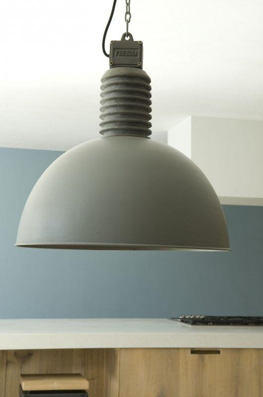 Nice industrial lamp! ... maar ook weer een mooie kleur wand