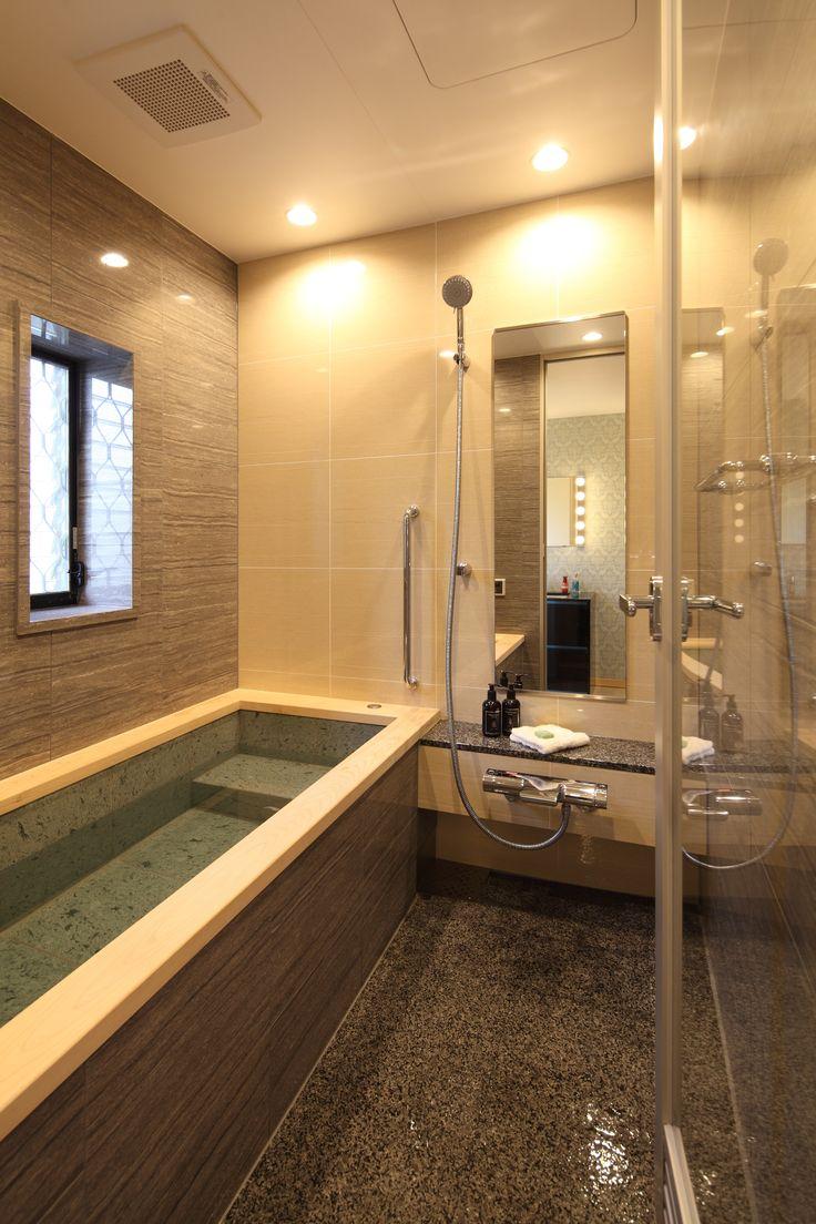湘南の海を望む中古戸建てを購入してリノベーション。浴室を拡げてお気に入りの素材に包まれる幸せ空間にしました。壁や床、浴槽に直接素肌に触れることが多いからこそ素材によって気分も大きく変わってきます。浴槽は十和田石、縁は檜、洗い場は御影石張りとまるで温泉のような心地良さ。システムバスと思えないほど和風の自然素材を取り入れています。浴槽のヘッドレストにあたる部分は檜の角が丸く加工されていて、細部にもこだわりが感じられます。子供がお風呂に入るとなかなか出てこないほど家族みんなが大満足の我が家のお風呂です。