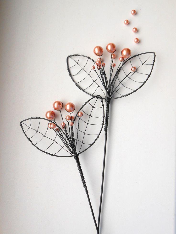 Růžový květ -zápich Zápich je vyroben ze žíhaného drátu, který je dozdoben perleťovými korálky. Dálka je cca 35cm a průměr je cca 9,5cm. Zápich hezký vypadá v květináči nebo v suché vazbě. Drát je ošetřen proti korozi, ale ve vlhkém prostředí může chytit patinu. Cena za kus.