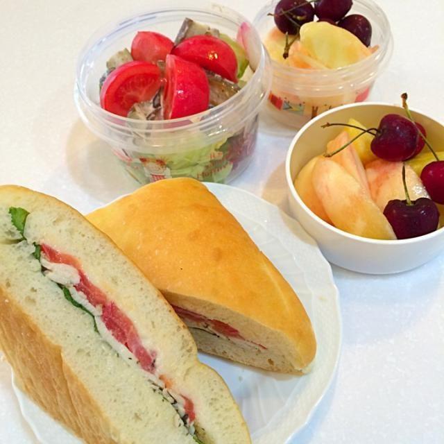 今朝は、カイザーのチキンとトマト、チーズのフォカッチャ!季節の桃とパインとアメリカンチェリーをデザートに! - 25件のもぐもぐ - 娘のお弁当! by クリスマスローズ