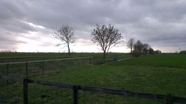 Wandelen over het Marskramerpad van Leiden naar Woubrugge:  Donkere luchten