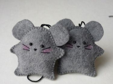 Little felt mice decorations! Kids would love this in a stocking or puffy-paint their names on and use them as a gift tag! :) love it!