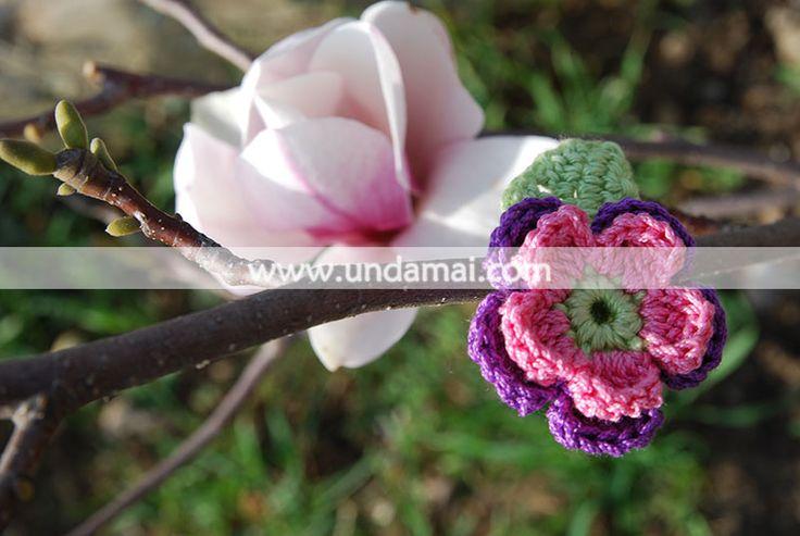Martisor floare dubla, crosetat manual