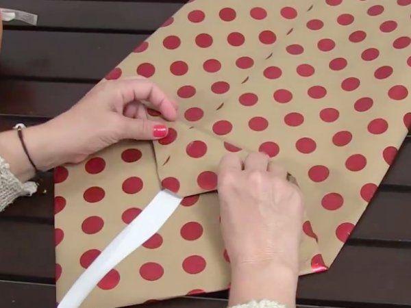 Tahle žena vám ukáže, jak zabalit vánoční dárek jakýkoliv tvarů do třiceti sekund. Nepotřebujete nic jiného než trochu zručnosti, balící papír, nůžky a lepičky. Nechte se inspirovat! :)
