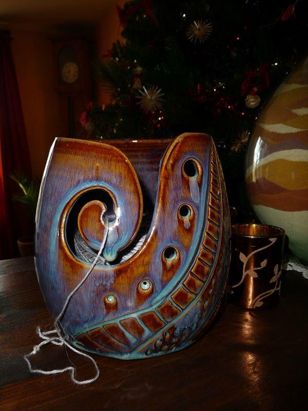 un  YARN BOWL  commandé ici  :  http://www.alittlemarket.com/boutique/veronique_belier_poterie-846727.html ----------------------------------------------------------- http://lecrochetdisa.canalblog.com/archives/2014/12/30/31223622.html#utm_medium=email&utm_source=notification&utm_campaign=lecrochetdisa
