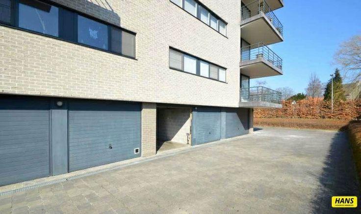 Appartement te koop in Mortsel - 1 slaapkamers - 85m² - 199 000 € - Logic-immo.be - Prachtig appartement van 85m² (Residentie Green Gardens) gelegen op de tweede verdieping met 1 slpk., terras en garagebox in een gebouw van 3 hoog met lift. Inkomhal van 4 m² op laminaat.  Apart toile...