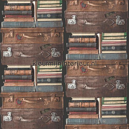 Gestapelde koffers & boeken behang PE-06-01-9, Exposed van Dutch Wallcoverings