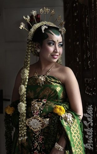 Javanese bride - http://www.prayingforindonesia.com/ethnic-groups/the-people-of-java/who-are-the-jawa-pesisir-lor/