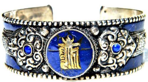 Tibeti dordzsés karperec Kalacsakra szimbólummal díszítve: http://www.tibetan-shop-tharjay-norbu-zangpo.hu/ekszer_60/mantras_karperec_83/tibeti_dordzses_karperec_kalacsakra_szimbolummal_diszitve_1482