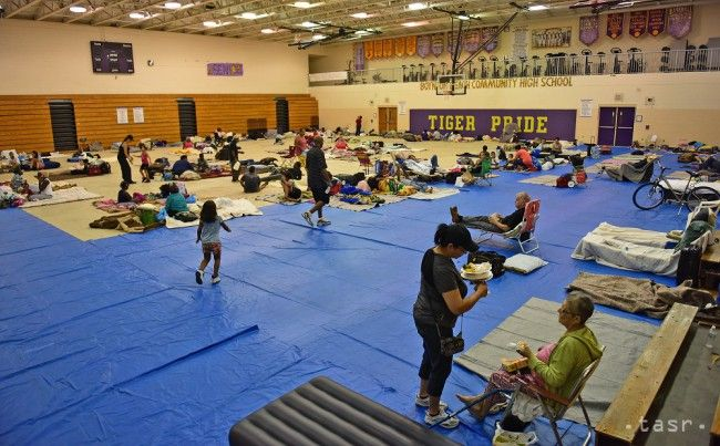 Ľudia sa zhromažďujú v provizórnom prístrešku - v telocvični strednej školy pred príchodom hurikánu Matthew v Boynton Beach, na Floride 6. októbra 2016.  - TERAZ.sk