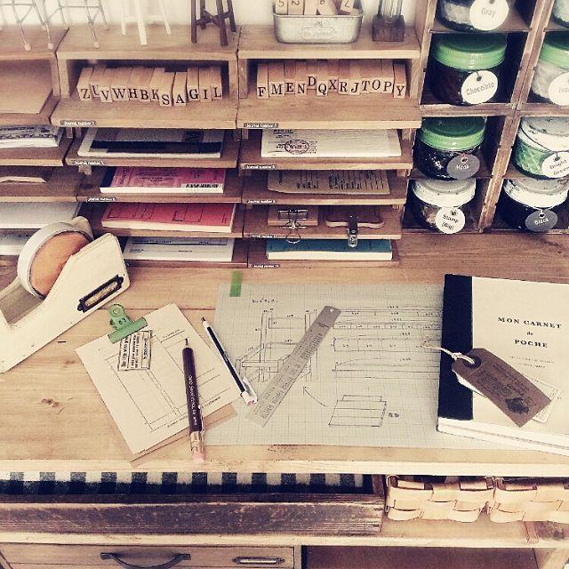 女性で、の階段下収納/セリアのレターケース書類棚風/木軸シャープ/MONOzero/文房具…などについてのインテリア実例を紹介。「作りたい物のイメージが決まったら、簡単な設計図を書いています♡ その際に便利なのが、MONOzero☺ノック式で、細かいところを狙って消せます♪*゚一緒に使っている木軸シャープも、鉛筆の風合いが可愛くて、ちょっと太めなのが持ちやすくて書くのが楽しくなります╰(*´︶`*)╯ 大好きな海外の伝票やメモ類は、セリアのレターケースで作った書類棚風にディスプレイ♪*゚いつもチラッと見えるこの眺めが好きです(*´∀`*) 」(この写真は 2015-04-24 07:33:54 に共有されました)