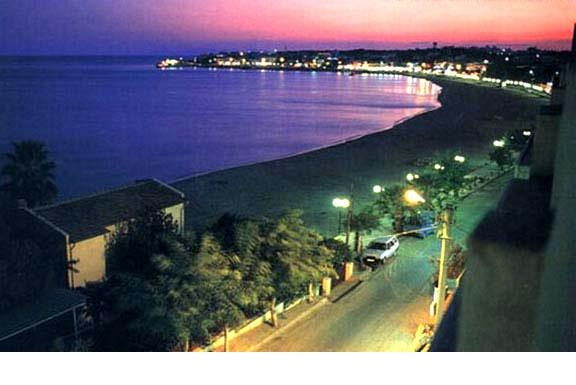 Google Image Result for http://www.bookableholidays.com/images/country/turkey/aegeancoast/altinkum/altinkum-by-night.jpg