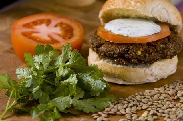 Ricetta burger di lenticchie - Come preparare in casa in maniera semplice e genuina un gustoso burger a base di lenticchie alla crema di yogurt e curry.