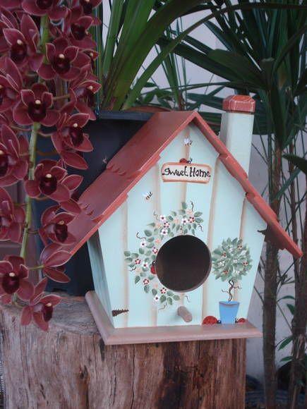 Não há nada tão fofo para o jardim do que uma porção de casas de passarinho presas nas árvores,nas paredes da varanda ou sobre colunas, como lindas decorações. Seu jardim ganha um charme extra ao sugerir que naquelas casinhas um passarinho fez seu ninho. É motivo de aconchego para quem observa. Casinha pintada á mão, pintura country e folk. R$ 75,00    emilly s country house......elo 7