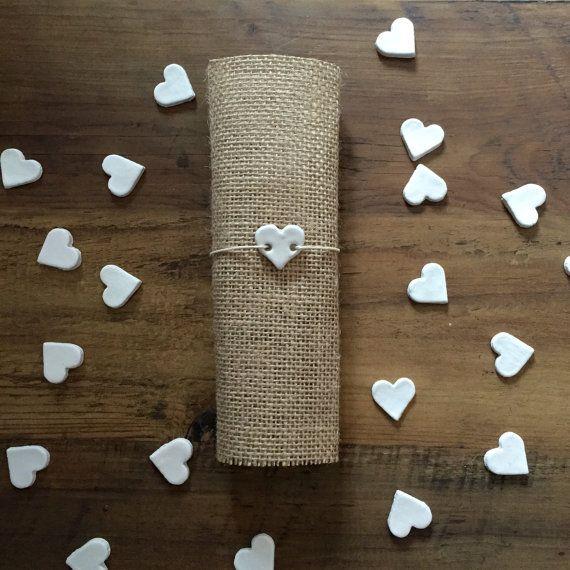 Il bianco cuore regalo azienda - piccoli argilla cuore Tag per decorare Bomboniere | Centro pezzi | Decorazione di nozze | Inviti di nozze | Modifiche del regalo | Modifiche del regalo di argilla.  Completamente fatti a mano, questi tag matrimonio possono venire in due stili diversi, con un impronta di pizzo o pianura.  Ho anche ai tag di cuore personalizzato piccoli argilla che sono completamente unico e personalizzato a vostra scelta.  Utilizzare questi tag di cuore bella argilla per…