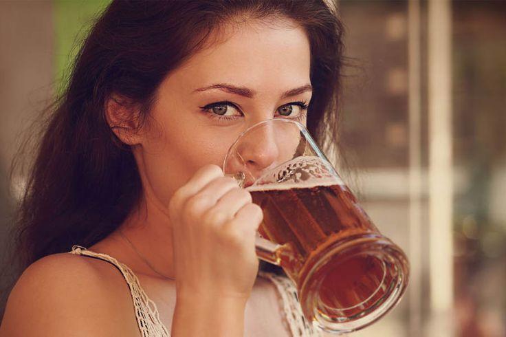 Beber cerveza es para las mujeres una forma de protegerse contra los estragos que su sexo les da; les ayuda a llevar mejor las distintas etapas de su vida.